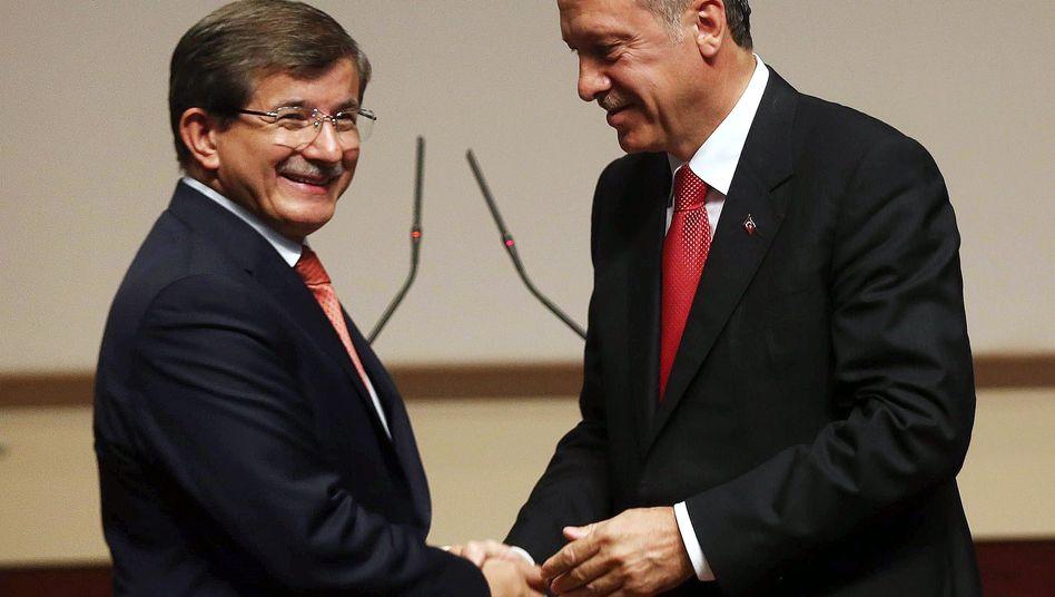 """Künftiger Premier Davutoglu (mit Erdogan, r.): """"Er ist halt ein Intellektueller"""""""