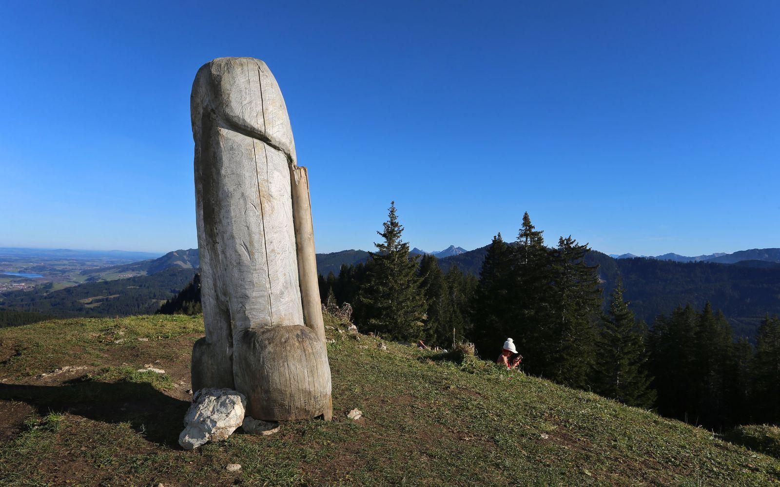 «Kulturdenkmal» Holzpenis auf dem Grünten steht wieder