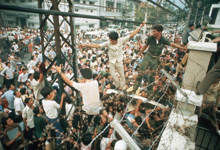 Saigon in Angst: Soldaten versuchen zu verhindern, dass Vietnamesinnen und Vietnamesen in die US-Botschaft gelangen