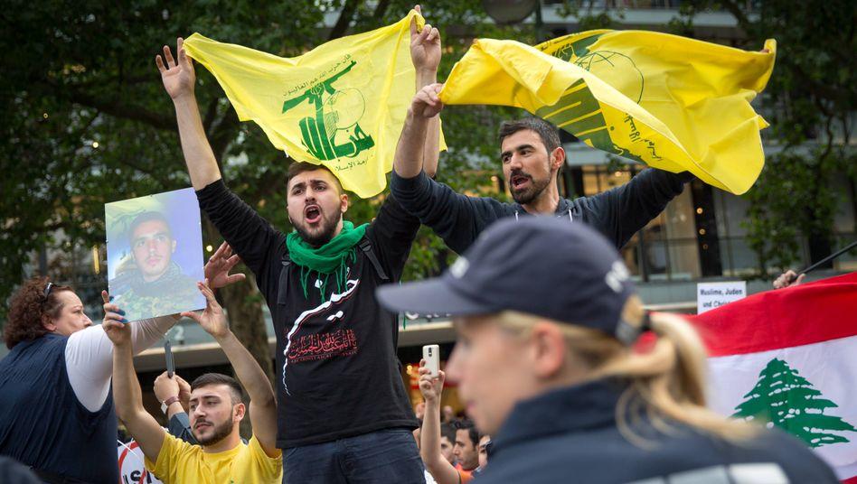 Proteste gegen Israel am alljährlich stattfindenden Al-Quds-Tag in Berlin (Archivbild von 2015): Demonstranten mit Hisbollah-Fahnen