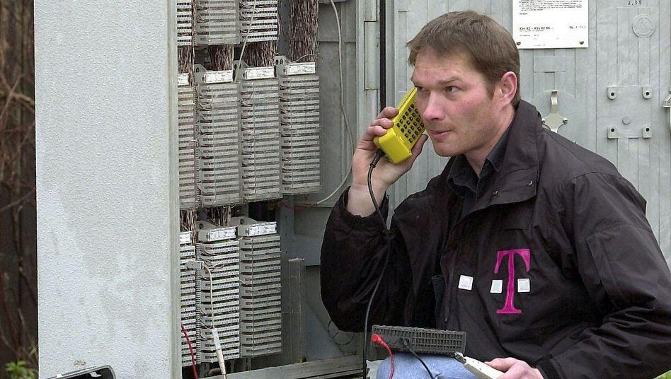 Telekom-Mitarbeiter an Kabelverzweiger: Mit neuer Technik Download-Geschwindigkeiten von bis zu 100 Mbit/s über Kupferkabel