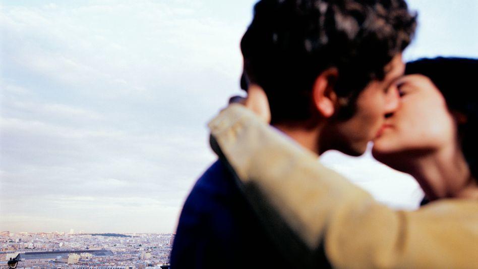Kussforschung: Ein feuchter Kuss mit Zunge hat's in sich
