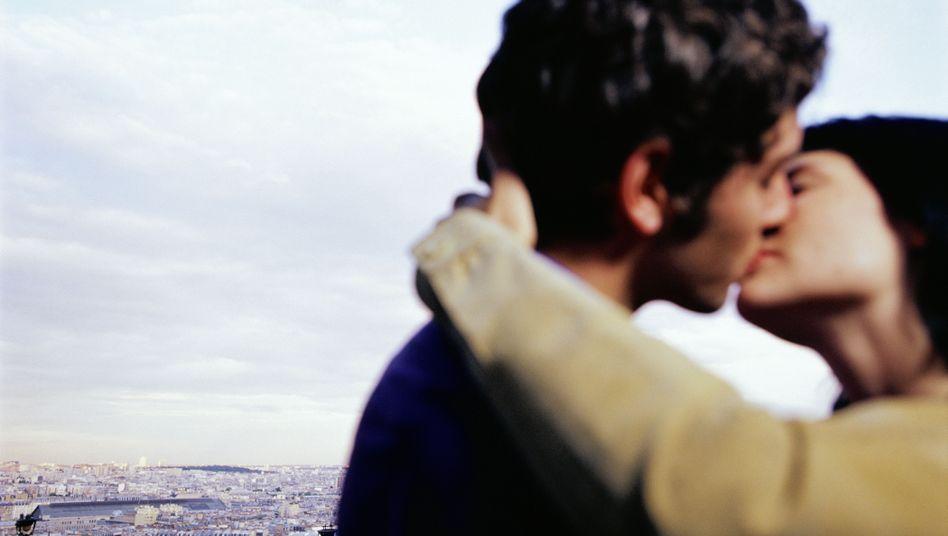 Paar beim Küssen: Epstein-Barr-Viren (EBV) werden vor allem über den Speichel übertragen