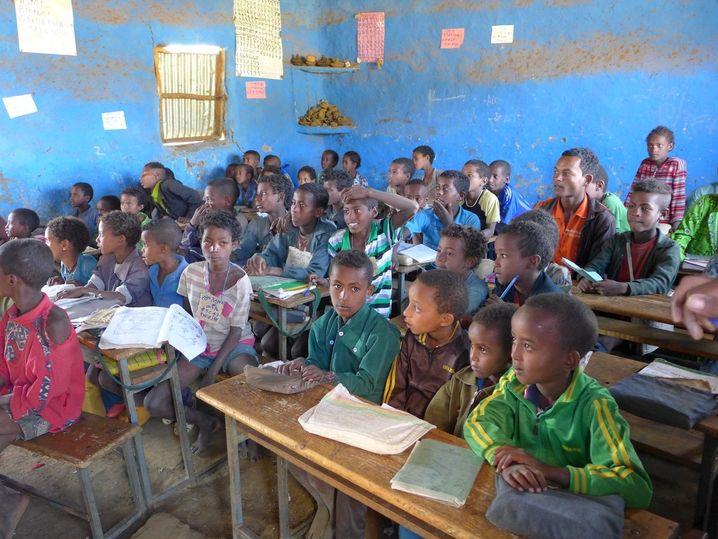 In der Dorfschule: Das Bild fängt den flüchtigen Augenblick ein, ist aber etwas unruhig.