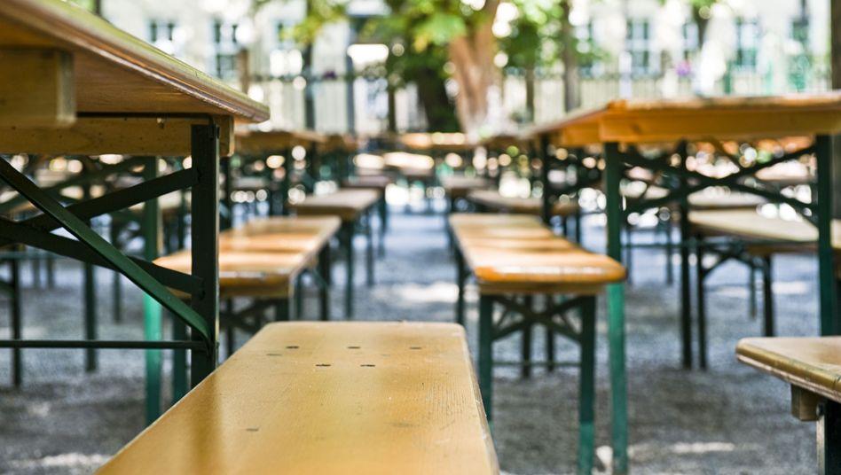 Nie wieder Wackeltische: Statt Bierdeckel drunter, nur den Tisch gekonnt drehen