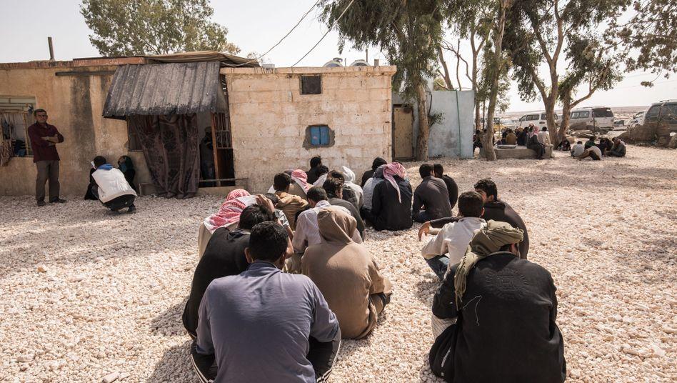 Gefangene, mutmaßliche IS-Kämpfer warten im syrischen Rakka auf ihre Befragung (im Oktober 2017)