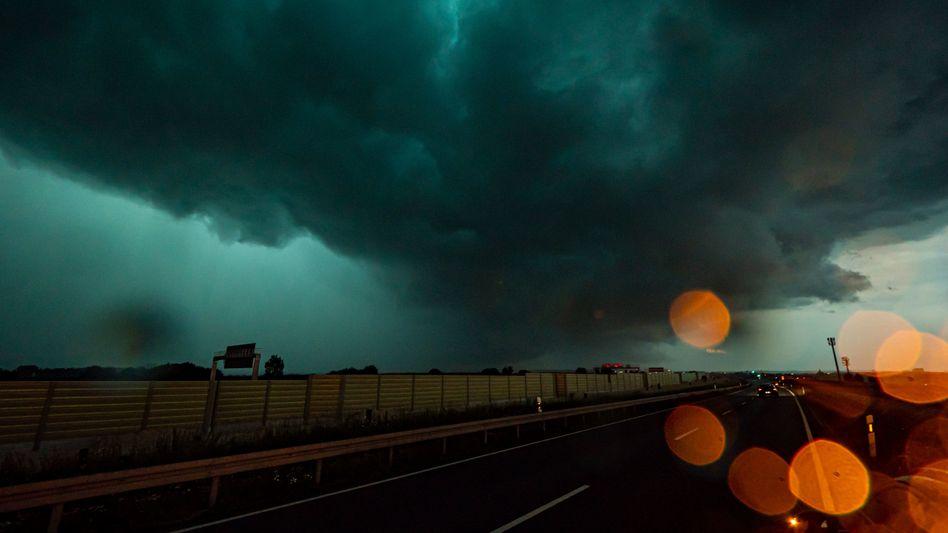 Unwetter über der A8 bei Esslingen und Stuttgart