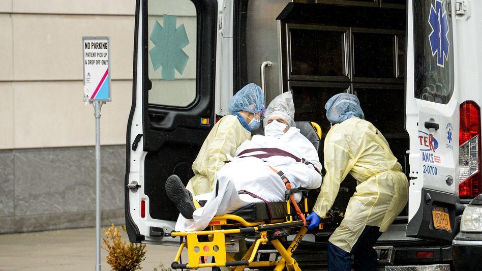 Sanitäter transportieren einen Covid-19-Patienten in New York