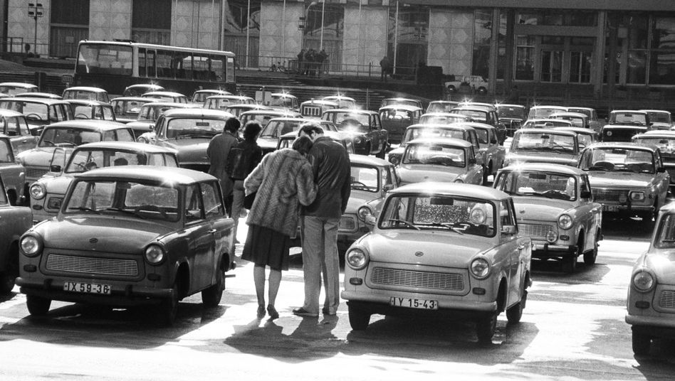 Fotografie von Harald Hauswald: Ein Liebespaar auf dem heutigen Schloßplatz, vor dem Außenministerium der DDR, 1984.