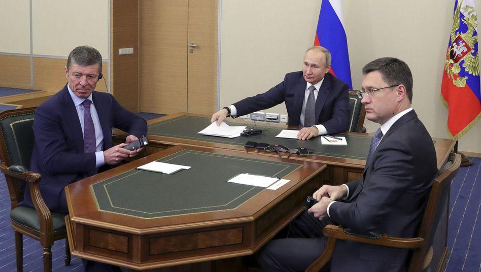 China am Telefon: In einer Videokonferenz starteten Wladimir Putin (M.) und Xi Jinping den Betrieb der Pipeline