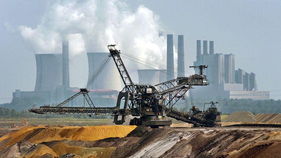 """Ein riesiger Bagger fährt durch den Tagebau Garzweiler: """"Kohleausstieg ist beschlossen"""", twitterte NRW-Ministerpräsident Laschet in der Nacht zu Donnerstag"""