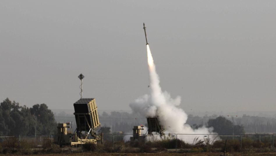 """Nahe der Stadt Sderot in Israel feuert eine Batterie des Abwehrsystems """"Iron Dome"""" eine Rakete ab"""