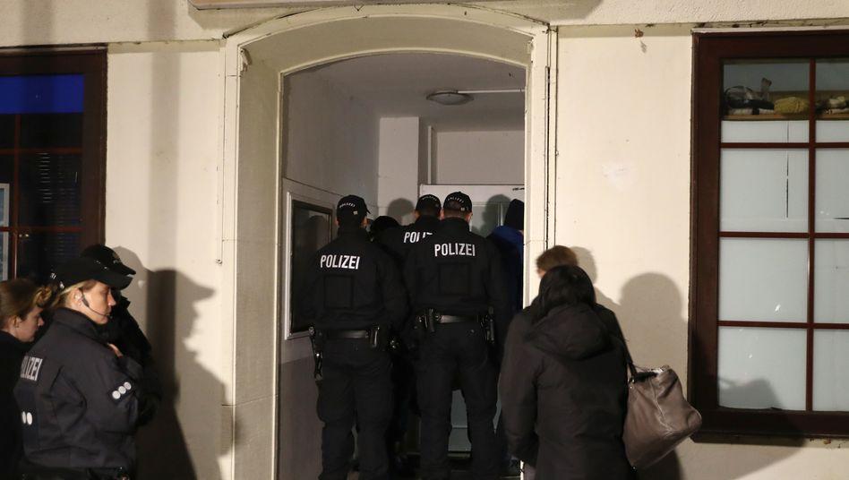 Polizisten vor der Al-Taqwa-Moschee in Hamburg-Harburg im Jahr 2016 nach einer Großrazzia