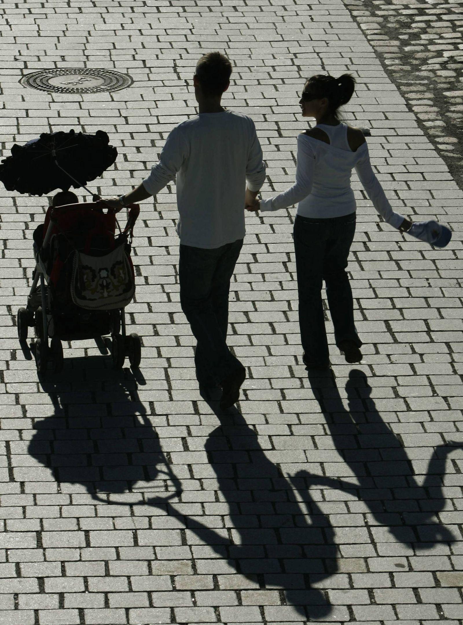 NICHT VERWENDEN Paar mit kinderwagen