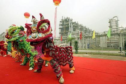 Chinesische Löwen-Tänzer bei der Eröffnung der neuen BASF-Anlage in Nanjing: Es gibt gute Beispiele für die Kooperation - aber auch eine wachsende Zahl von Misserfolgen