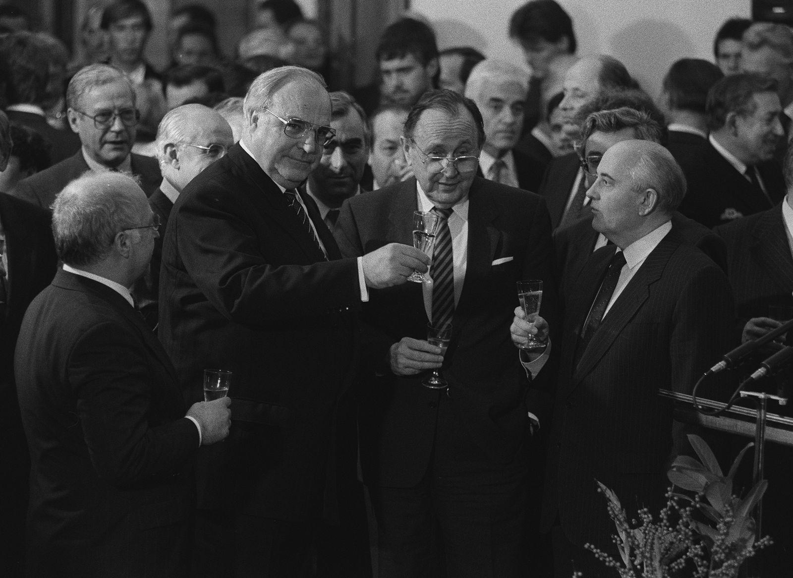 EINMALIGE VERWENDUNG SPIEGEL Plus und SPIN SPIEGEL 13/2018 S. 54 Kohl Genscher Gorbatschow STARTBILD