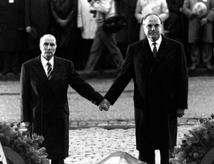 Historisches Händchenhalten: Mitterand und Kohl 1984 in Verdun