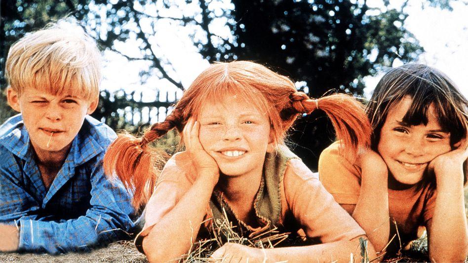 Inger Nilsson als Pippi Langstrumpf mit den Geschwistern Tommy(Pär Sundberg) und Annika (Maria Persson), 1968/69