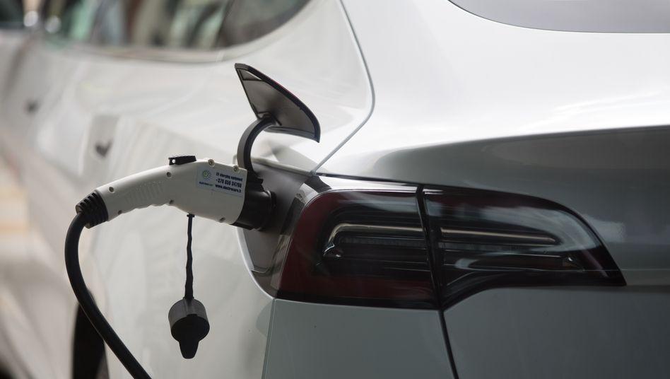 Die Polizei rückte am Sonntagabend in Mettmann zu einem kurzen, aber kuriosen Einsatz aus: Ein Tesla-Fahrer zapfte mangels Ladesäule auf einer Baustelle Strom - direkt neben einer Polizeiwache (Symbolbild)