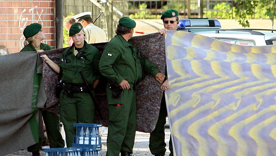 Theresienwiese in Heilbronn am 25. April 2007: Polizisten sichern den Ort, an dem ihre Kollegin Michèle Kiesewetter getötet wurde.