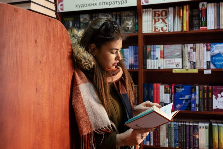 Nadija im Buchladen