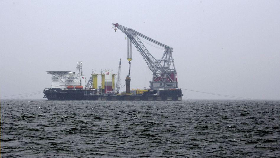 Geplanter Windpark Riffgat: Ein Kranschiff rammt den ersten Gründungspfahl ins Meer