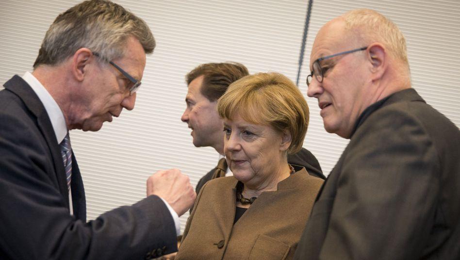 Innenminister de Maizière, Kanzlerin Merkel, Fraktionschef Kauder: Unruhe in den eigenen Reihen