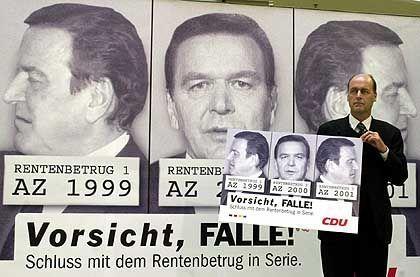 Bronze-Flop 2001: Kanzler fand sich wegen angeblichen Renten-Betrugs in Verbrecherpose auf einem CDU-Wahlplakat wieder. Laurenz Meyer, als CDU-Generalsekretär frisch im Amt, steckte dafür reichlich Prügel ein.