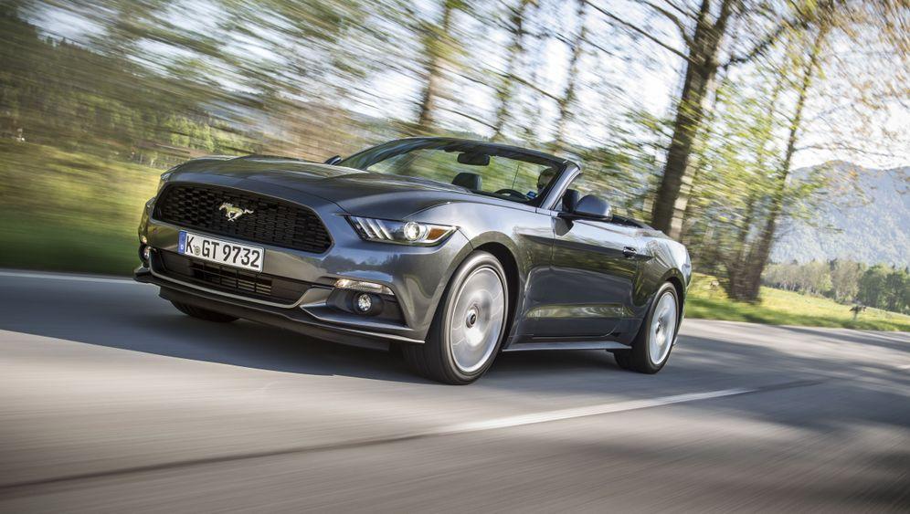 Autogramm Ford Mustang Cabrio: Viel hilft viel