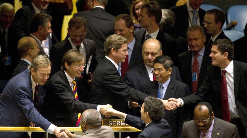 Westerwelle (Mitte) nach dem ersten Wahlgang in der Uno: Gratulationen der Unterstützer