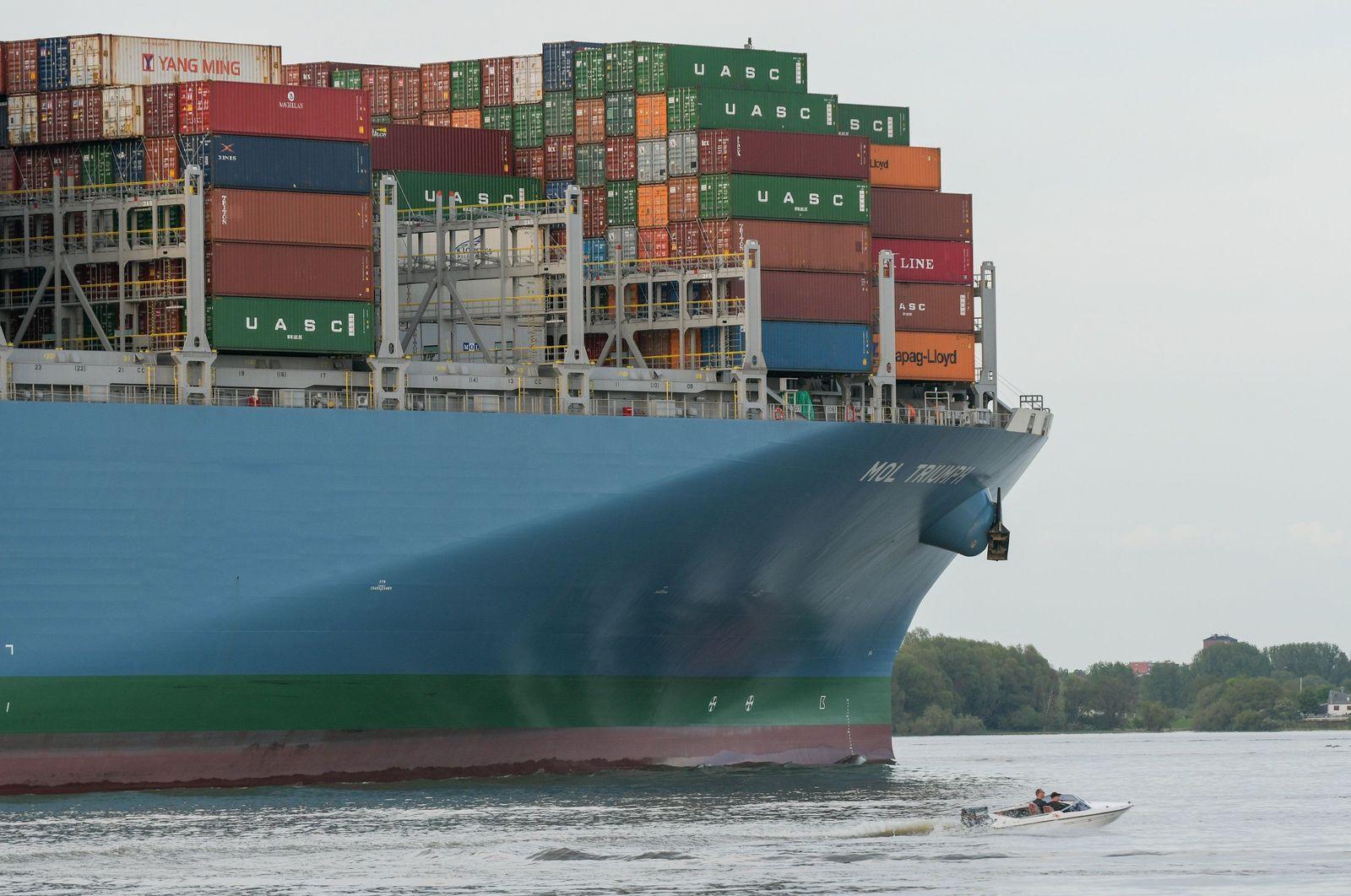 """Containerschiff """"MOL Triumph"""" auf dem Weg zum Hamburger Hafen"""