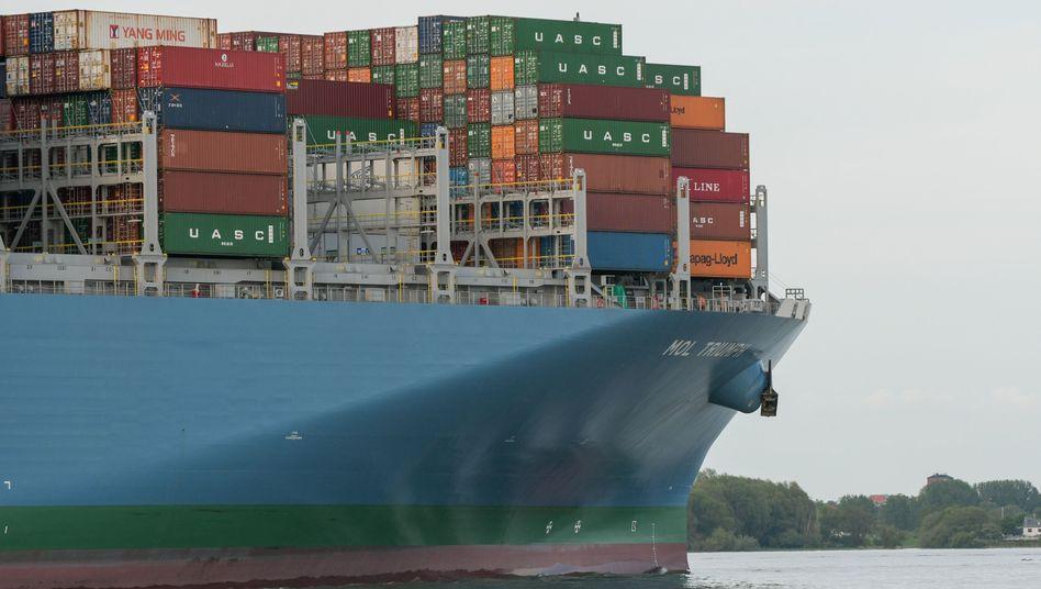 Containerschiff auf dem Weg zum Hamburger Hafen