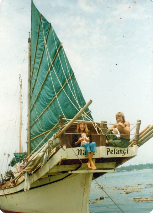 Schnappschuss aus dem Jahr 1981: Christoph Swoboda mit seiner Frau Claudia und Sohn Wanja an Bord der »Naga Pelangi« – mit der er später die Welt umsegelte