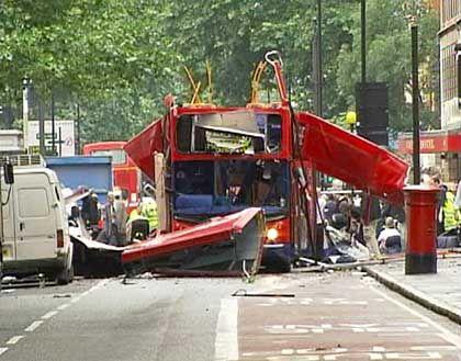 Terroranschlag in London: Von Explosion zerstörter Bus am Tavistock Square