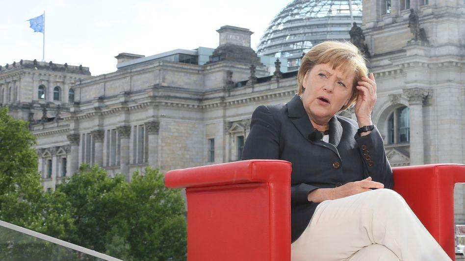 """Merkel beim Interview (ganz real in der ARD im Sommer 2012): """"Knappe Entscheidung"""""""