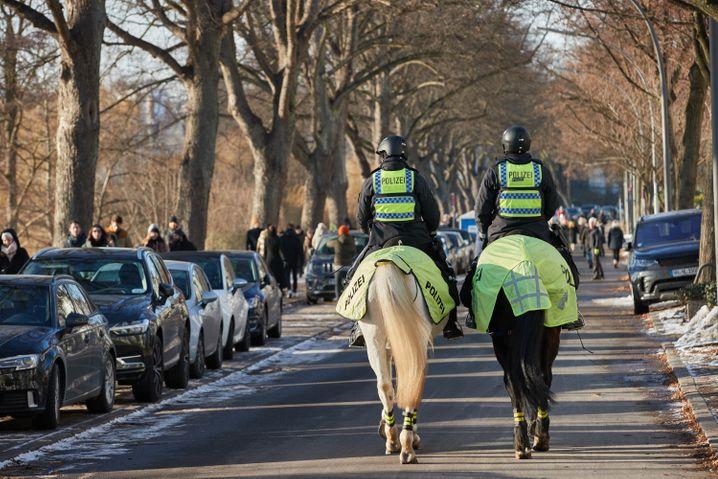 Hamburg: Die Polizei patrouillierte auch zu Pferd an der Alster