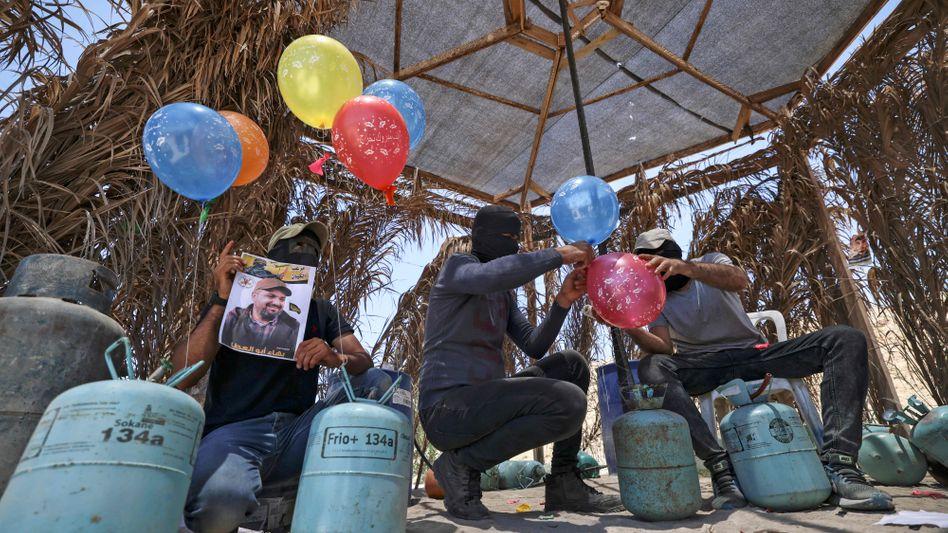 Maskierte Palästinenser bei der Produktion von Brandballons (Archivaufnahme)