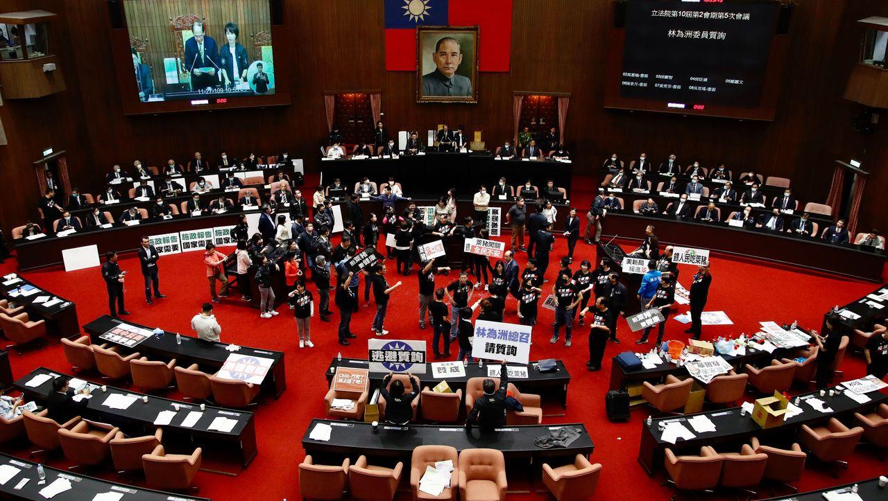 Taiwan-Premierminister-im-Parlament-mit-Schweineinnereien-beworfen