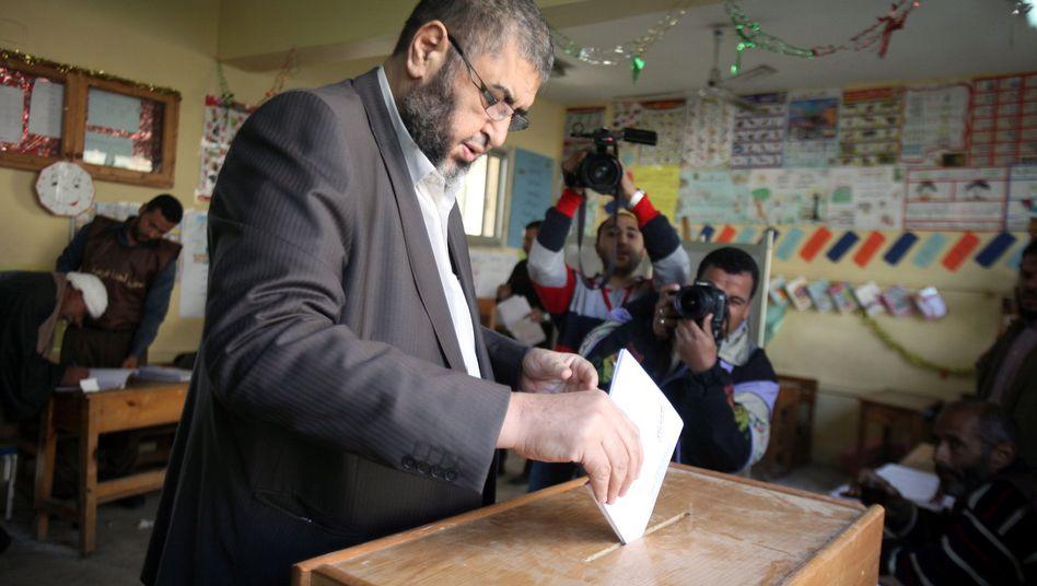 Muslimbruder al-Shater bei der Stimmabgabe in Kairo: Klarer Vorsprung für Islamisten