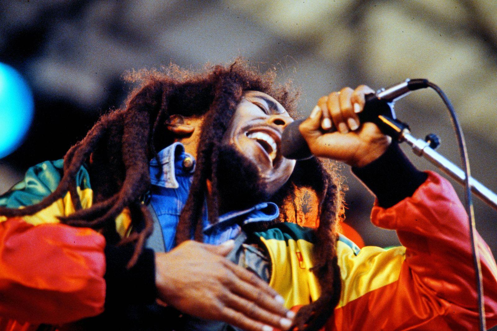 Bob Marley tritt im Münchner Reitstadion auf und singt seine Reggae Songs Bob Marley tritt im Münchner Reitstadion auf