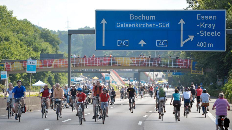 Radfahrer auf der Autobahn 40, dem Ruhrschnellweg: Mehr Mobilität in der Stadt