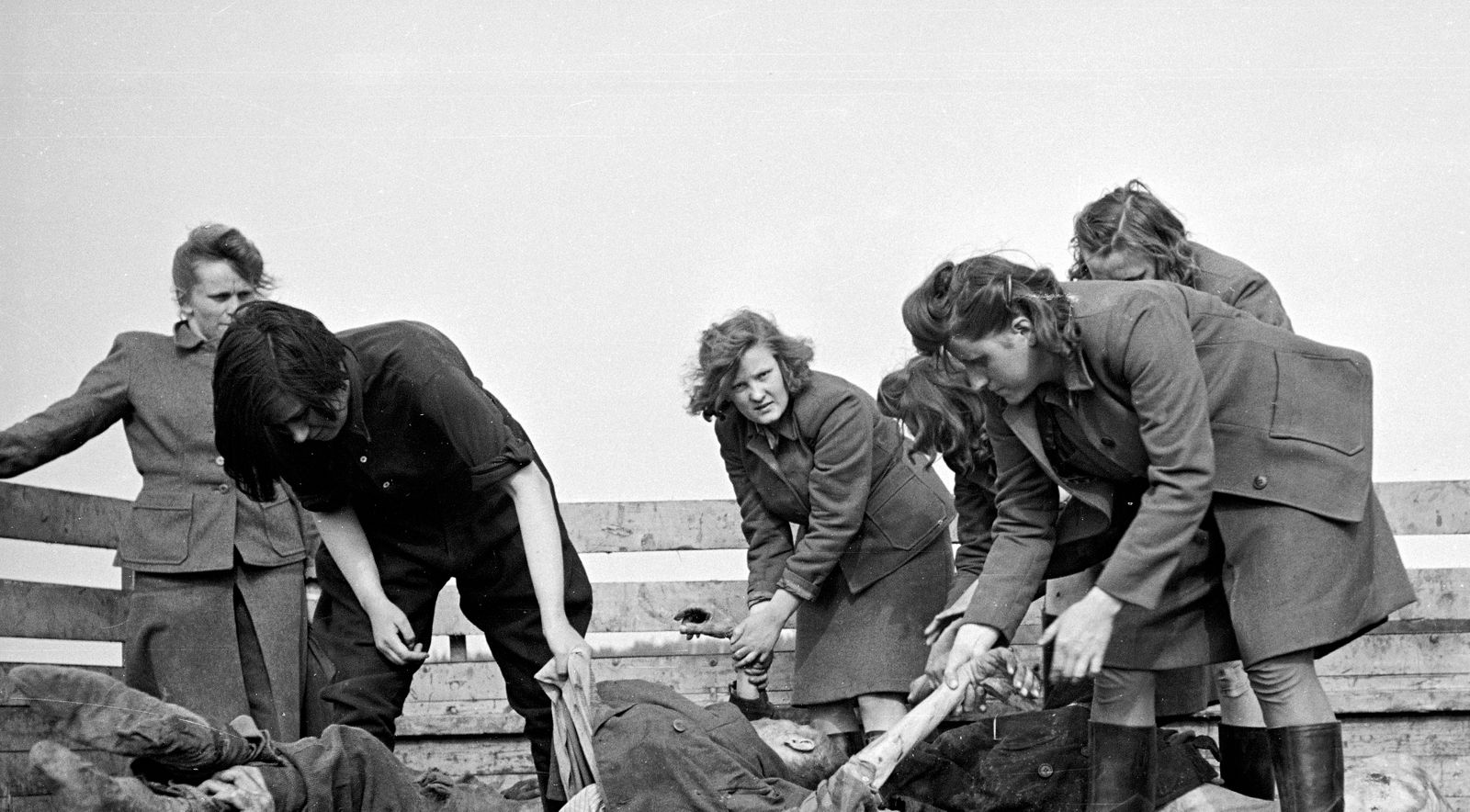 Ex-Guards Move Bodies At Bergen-Belsen