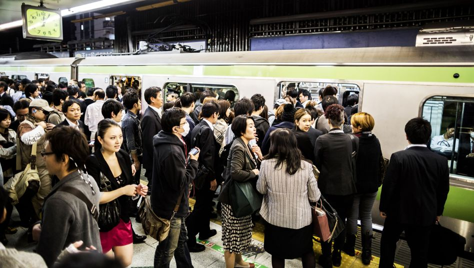 Fahrgäste der Bahn in Tokio: Die App gibt es nur für die Yamanote-Linie