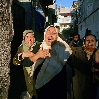 Trauer: Palästinensische Frauen weinen nach Israels tödlichem Angriff in Beit Hanun