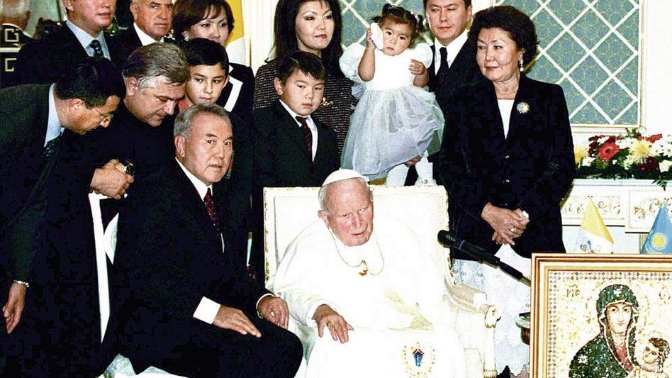 Autokrat Nasarbajew (sitzend), Schwiegersohn Alijew (2. v. r.)(*) Eine schrecklich nette Familie