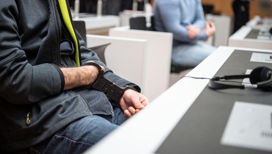 Beginn des PKK-Prozesses in Stuttgart-Stammheim: Angeklagter mit Handschellen - hinter Glas
