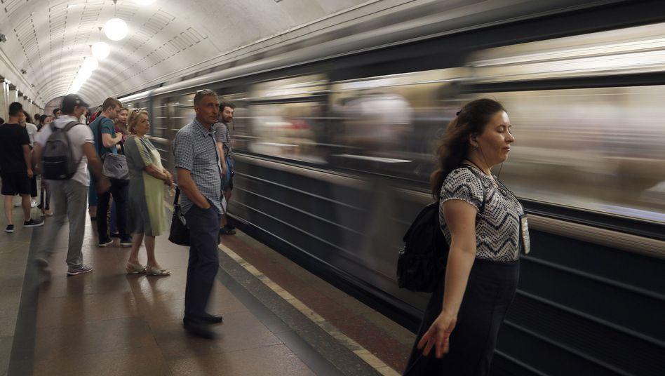 Menschen warten auf U-Bahn (Symbolbild)