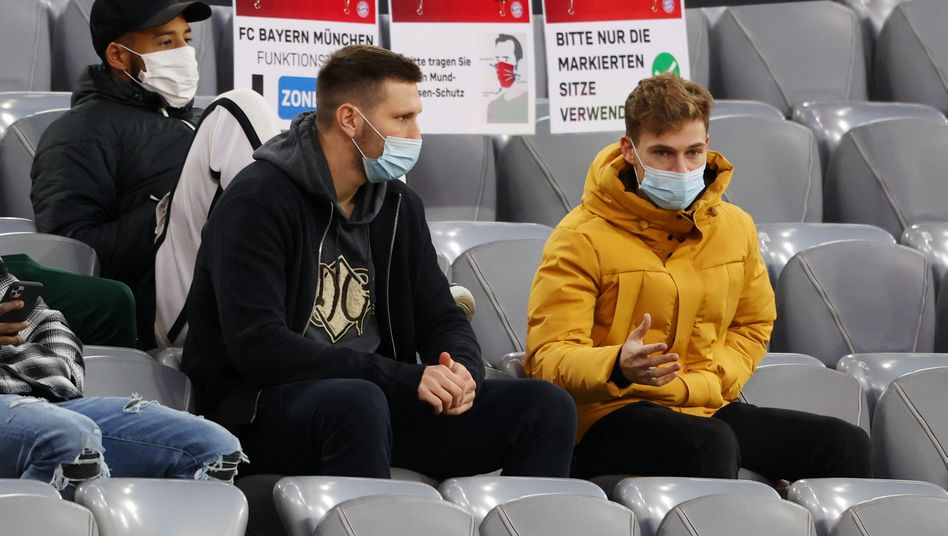 Niklas Süle (l.) und Joshua Kimmich verfolgten das 1:1 gegen Werder Bremen auf der Tribüne