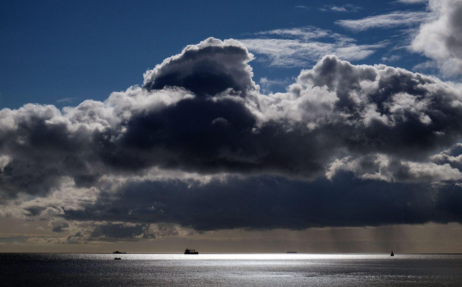 Sonne und Regen über der Nordsee