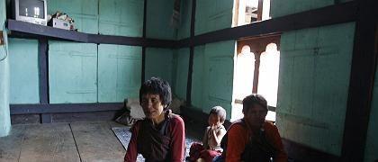 Bhutanische Familie Om: Seit der Fernseher im Haus ist, hat die 55-jährige Kencho (li) Streit mit ihrem Mann wegen langer Fernsehnächte